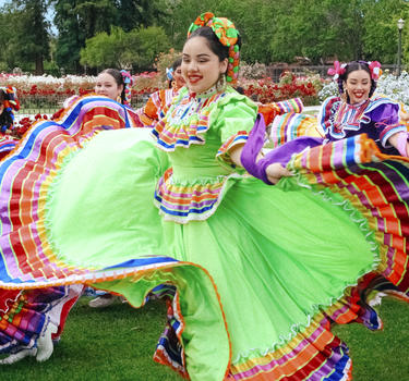 Los Laureles dancers